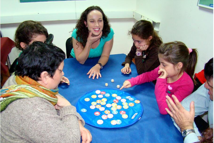 סדנאות הורים וילדים - הורים וילדים סביב שולחן משחק