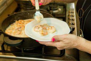 יהודית מוזגת אוכל לצלחת - מה בין פאנג שוואי לאוכל גורמה