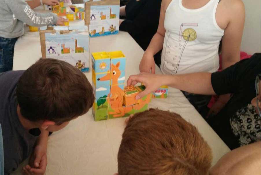 סדנאות משחק - ילדים משחקים בפאזל קוביות