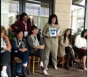 יהודית מסבירה לקבוצת נשים על קורס בישול גורמה