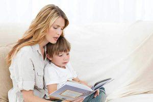 אמא מקריאה סיפור לילד