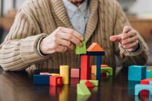 אדם בגיל שלישי משחק בקוביות