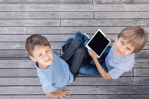 ילדים משחקים במחשבים