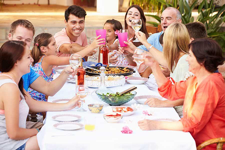 משפחה בארוחת חג