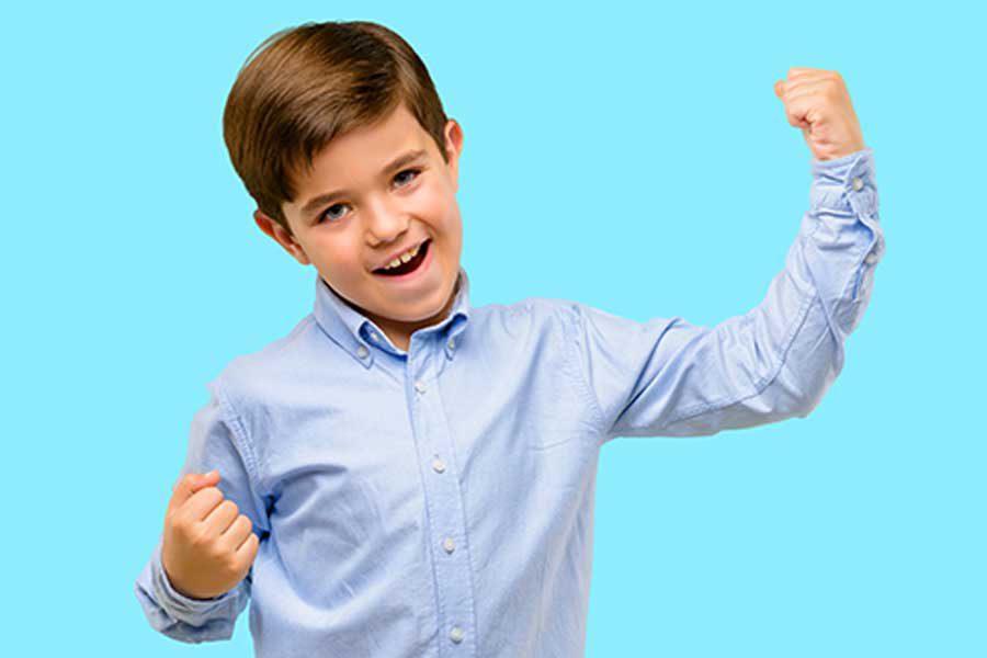 ילד עושה שרירים