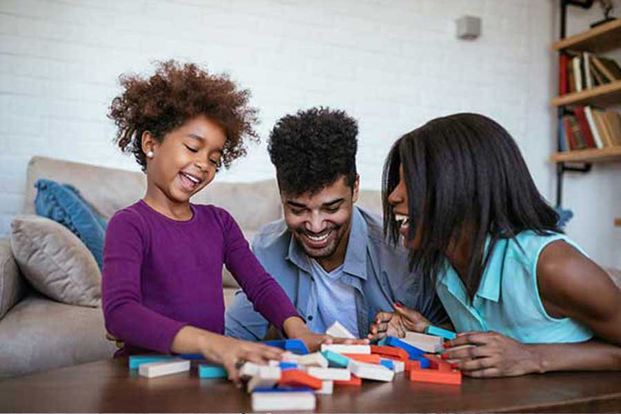 הורים וילדה משחקים בקוביות