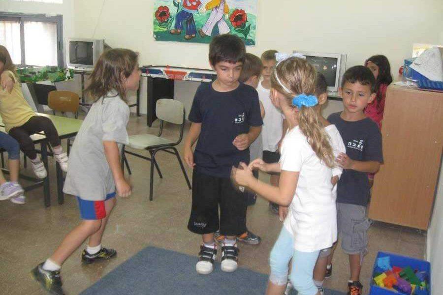 ילדים משחקים בכיתה