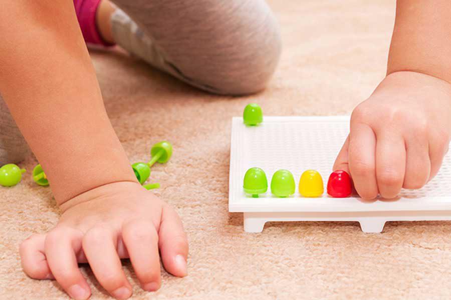 ילד משחק במוטוריקה עדינה