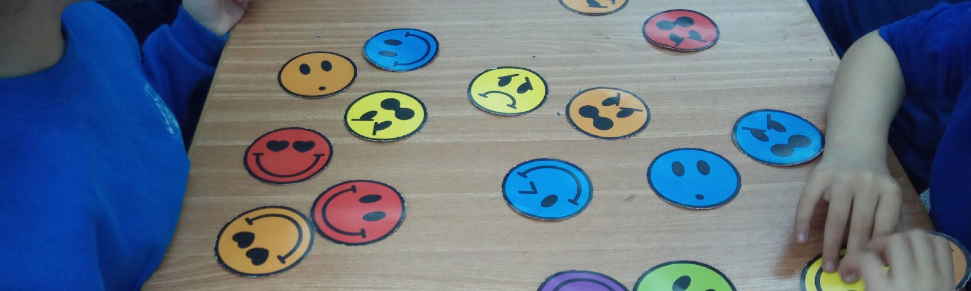 ילדים משחקים במדבקות סמיילי - סדנאות הפעלות לילדים