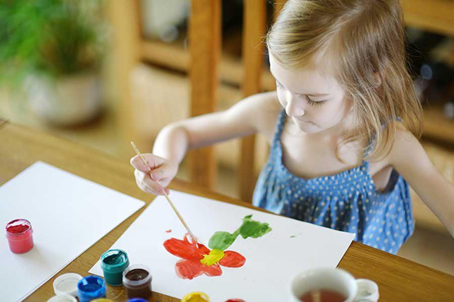 ילדה מציירת
